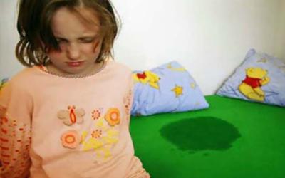 Aiuto: mio figlio fa la pipì a letto! Che faccio?