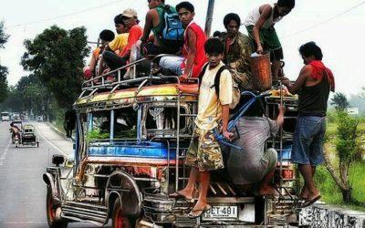 I Jeepneys.Ieri le vecchie jeep  dell' esercito americano, oggi gli autobus colorati più usati nelle Filippine.