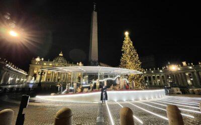 IL PRESEPE DI PIAZZA SAN PIETRO – La speranza di questo Natale ha il colore delle statue di ceramica della città di Castelli, in Abruzzo